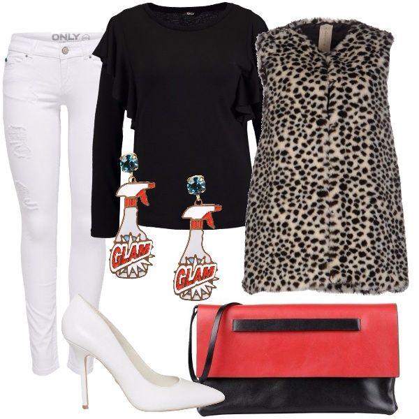 Jeans in denim bianco a gamba stretta, maglione nero con scollo tondo con gale sul giro manica, gilet in eco-pelliccia maculata, décolleté bianco con tacco alto, borsa a mano bicolore, orecchini in ottone con smalti colorati.