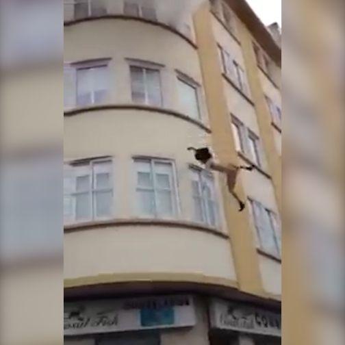 En su casa había un incendio, los bomberos no llegabann y la joven decidió tirarse al vacío desde un tercer piso. Sus buenos vecinos se aliaron y la salvaron con una manta.