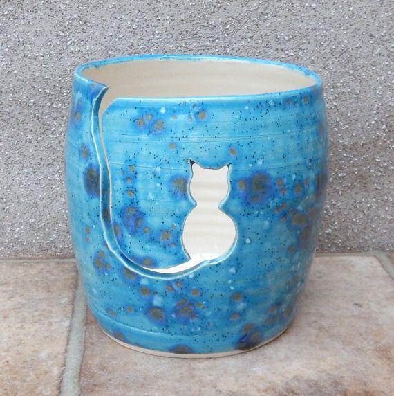Dit garen kom zou een perfecte gift voor de breister maken in je leven. Met een kleine kat geknipt voor de wol te passeren, zal het helpen om te stoppen met het garen slippen rond onder de meubels. Ook handig voor het bijhouden van de werkelijke kat uit de buurt van de wol! Het kan ook worden gebruikt als een plant houder-- of gewoon een decoratieve kom.  De bowl was gegooid door mij op mijn aardewerk wiel met behulp van sterke witte aardewerk klei en afgewerkt in een mooie zee blauw…