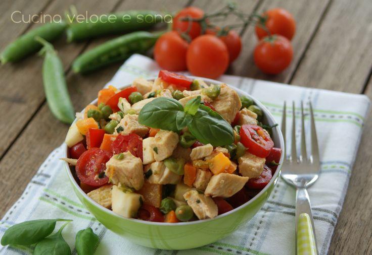 Insalata di pollo e verdure, un piatto unico leggero e sfizioso perfetto per le giornate calde, quando si desidera qualcosa di fresco e gustoso