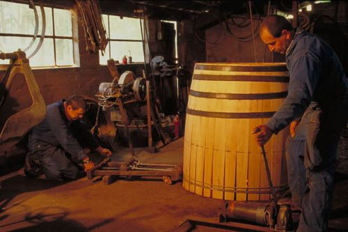 Making oak casks (barrels) for Armagnac