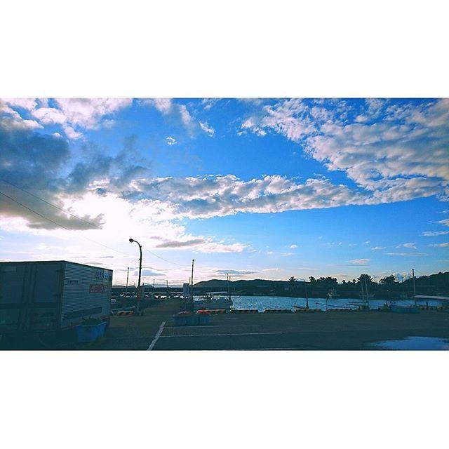 【0kusama0maj0】さんのInstagramをピンしています。 《海辺もいいけど、港もいい。  #blue #bluesky #minato #fishingport #harbor #sun #sea #sunset #container #cloud #ship #⚓ #streetlight #fishingboat #Outdoorlight #sky #港 #漁港 #漁船 #太陽#夕日 #海 #船 #instasky #dusktwilight  #instalife #lovesky》