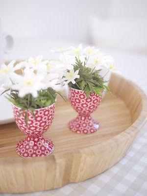 Leuk idee: vul eierdopjes met bloemetjes voor op de Paastafel