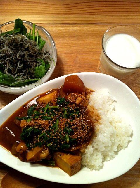 今日、幼なじみにもらったお野菜で、夕飯☆ - 3件のもぐもぐ - 和風カレー(鶏もも肉、厚揚げ、大根、玉ねぎ、大根の葉)  ほうれん草とジャコのサラダ(ポン酢ごま油ドレ) by kawamakimaki