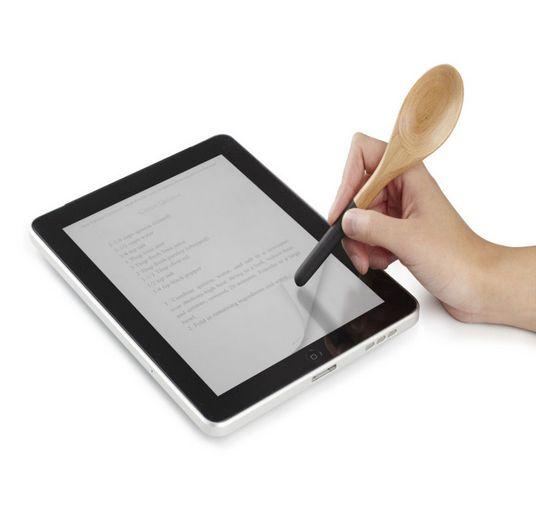 Met de iSpoon houd je je tablet schoon tijdens het koken
