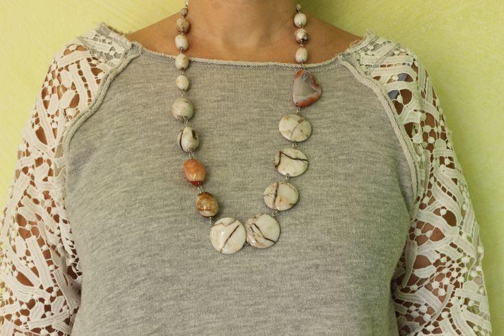 Elegante collana con tondi e barilotti di Agata crackle bianca con venature scure, Agata Botswana, Calcite, e finiture in Argento placcato Rodio. Da indossare in tutte le occasioni in cui vuoi sentirti unica.