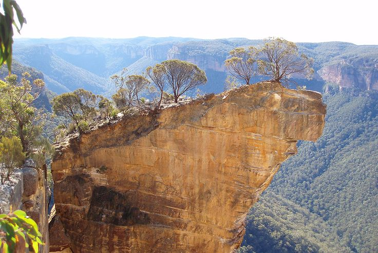 Caution : the most spectacular overhanging cliffs around the global village HANGING ROCK , VICTORIA , AUSTRALIA