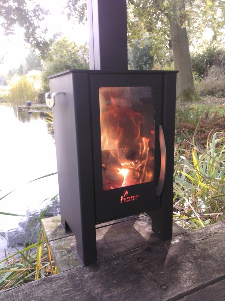 FJOER Unieke Doorkijk Houtkachel! Ideaal voor onder de veranda of in de tuin. De grote ruiten zorgen voor een uniek doorkijkeffect en laten u optimaal genieten van het vlammenspel.