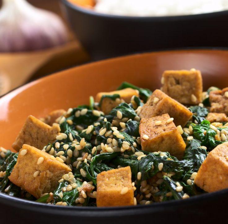 Diesen Low-Carb Spinat-Gericht mit Sesam, Tofu und Knoblauch und viele weitere einfache Tofu-Rezepte für Deinen kostenlosen Ernährungsplan findest Du auf Vitalkochen.