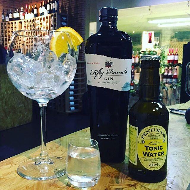 En #VinosNobles puedes disfrutar de una cata de nuestro exclusivo #Gin @fiftypoundsgin mezclado con @fentimansltd una #Tónica con el sabor perfecto.