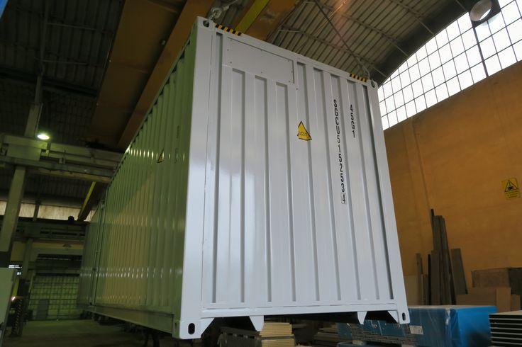 SOGECO containers, 40' HC allestito per contenere cucina e magazzino. Destinato ad Hospitality in ambiente MotoGP. Particolare del fronte con sportello apribile per condizionatore