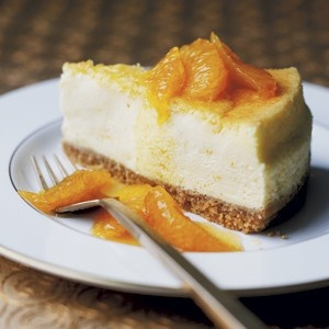 sernik z pomarańczami (125g mąki tortowej, 100g masła, 50g cukru pudru, żółtko, szczypta soli; 3 pomarańcze, po 350g serka i twarogu, 100ml kwaśnej śmietany, 175g cukru, 4 jaja): mąkę, cukier przesiać; dodać masło, sól; wyrobić na gładko; cienko rozwałkować; wylepić formę, chłodzić ½h; nakłuć; położyć papier, 170°C ~30 min; bez papieru – 5 min; owoce umyć, sparzyć, zetrzeć, wycisnąć; sery, śmietanę, cukier zmieszać; jaja ubić; połączyć, dodać skórę i sok; 150°C ~70 min termoobieg; podać z…