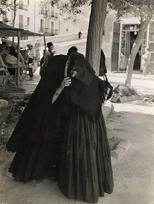 Mujeres murmurando cerca de la plaza del mercado, Ibiza, España, 1951- Foto de Todd Webb (1905–2000)