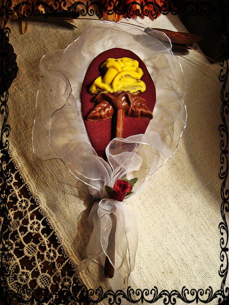 Rosa de chocolate en un bello arreglo. $2.000