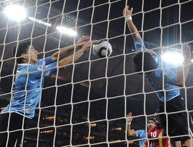 """Atacante uruguaio Luis Suárez faz """"A Defesa"""" da Copa do Mundo de 2010."""