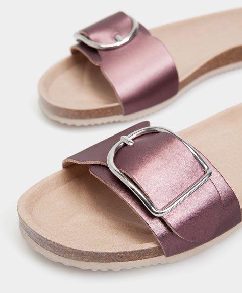 Sandale avec boucle - Nouveautés - Tendances printemps été 2017 en mode femme chez OYSHO online : lingerie, vêtements de sport, pyjamas, bain, maillots de bain, bodies, robe de chambre, accessoires et chaussures.