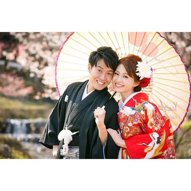 和装の《前撮り/フォトウェディング》でよく使われる定番の撮影アイテムと言えば、 「和傘」 ですよね!しかし、どのように使えば、おしゃれで魅力的なショットを撮影できるのか、よく分からないプレ花嫁さんも多いはず...。そこで、今回は、 「和傘」 の上手な使い方をおさらいしてみましょう♡
