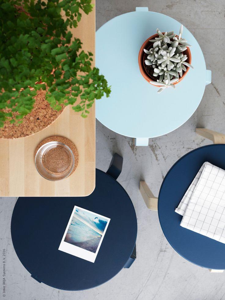 Ett DIY som lyfter den lilla matplatsen är att måla några klassiska FROSTA pallar, det gör du enkelt med vanlig matt snickerifärg. På en liten yta är det fint att hålla ihop färgskalan, så här bjuder vi in våren med en hel palett av blå toner.