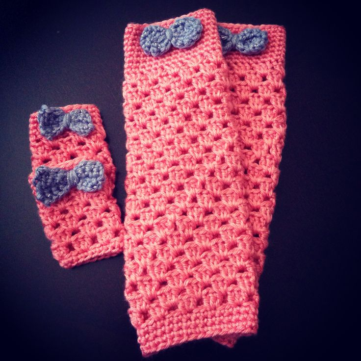 Cozy girls' leg warmers with matching set for American Girl doll. Pattern via http://www.domesticblisssquared.com/2013/12/girly-leg-warmers-free-crochet-pattern.html