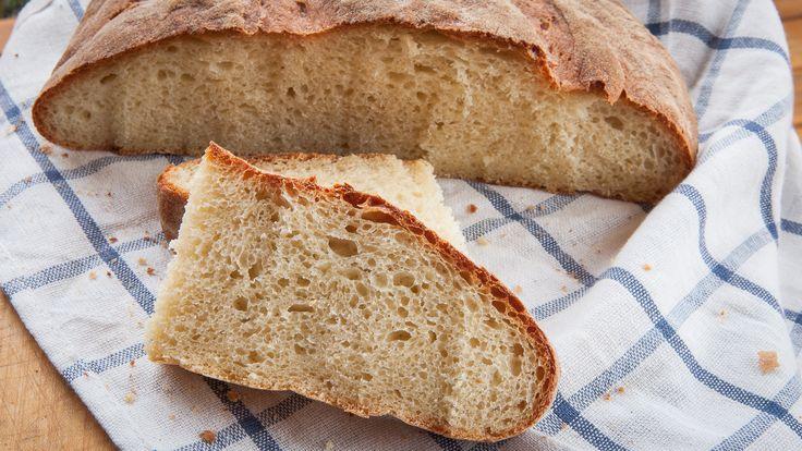 Questo pane di semola è stato preparato con un impasto diretto - cioèimpastando gli ingredienti insieme al lievito - quindiè abbastanza veloce da preparare e perfettamente adatta anche ai principianti del pane. Due consigli: se potete, utilizzate una pietra refrattaria e appoggiate il pane direttamente su questa durante la cottura. Una volta cotto, poi, non abbiate fretta di sfornarlo: questo favorirà la formazione di una crosta croccante.      Quando appare ben colorito e cotto…