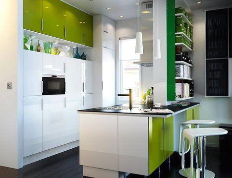 Výrazná dvířka kuchyně Faktum v bílém a zeleném lesku se použila rovněž na ostrůvek, který z jedné strany slouží jako varné i mycí centrum a z druhé jako barové sezení. Místo pod pultem lze využít i jako úložný prostor; ikea