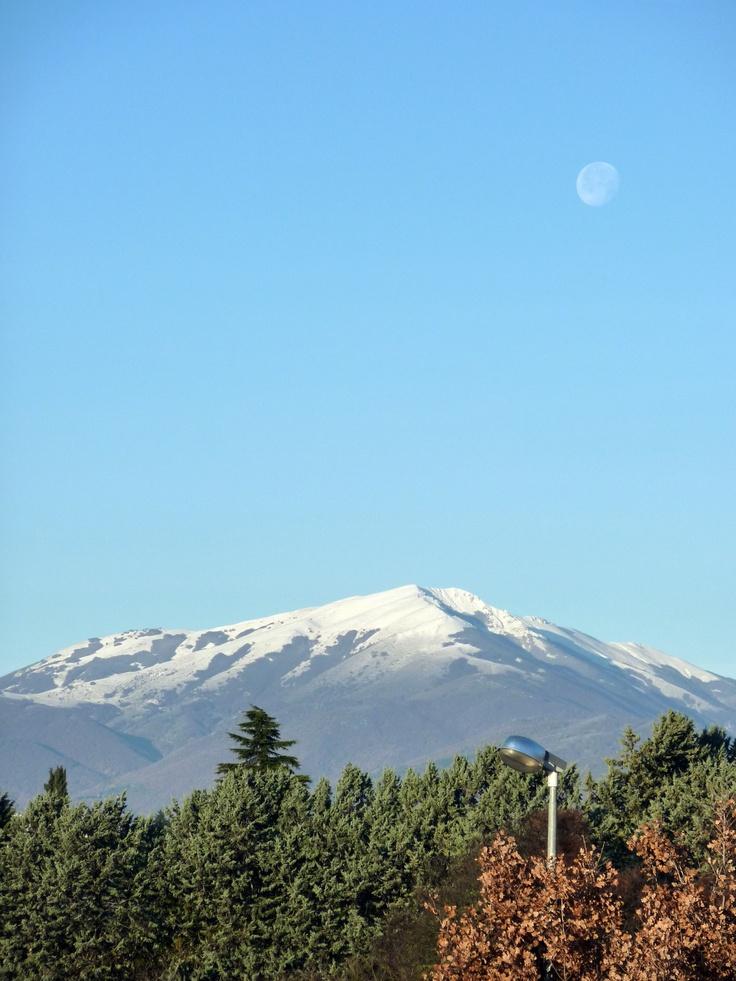 Le montagne che circondano l'Aquila che vedo da casa ... la neve e la luna, sembra il Giappone
