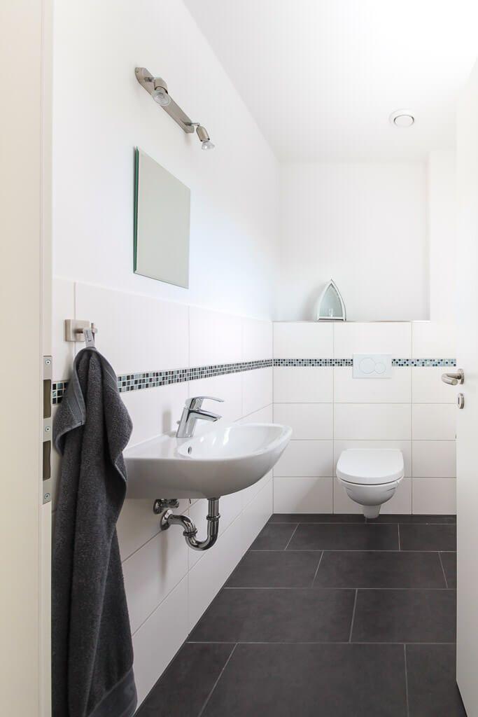 Gäste WC Mit Boden Fliesen Grau   Badezimmer Ideen ECO Massivhaus  Stadtvilla Henstedt   HausbauDirekt.de   Home Bath Interior Bathru2026