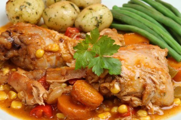Cómo hacer pollo a la jardinera. El pollo a la jardinera es un rico plato, con mucho sabor y bajo en calorías porque el pollo tiene poca grasa. Es un plato bastante económico y preparado con las verduras, se convierte en un rico esto...