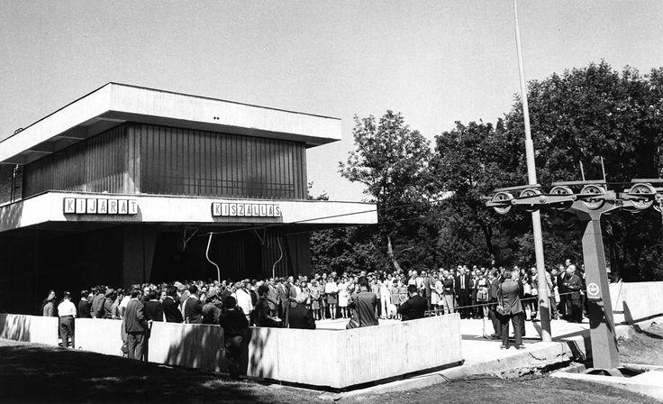 Jánoshegy, a Libegő végállomása, átadási ünnepség. A mikrofonnál Bartos István a Fővárosi Tanács VB elnökhelyettese