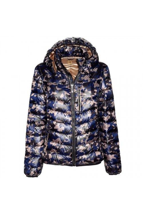 Tattini camouflage jas,  * De  ja is een bomber model dus ideaal om mee paard te rijden.  *Tattini heeft de jas perfect af gewerkt.  *Het Bomber jack is goud met blauw en gevuld met heerlijk dons.  *De camouflage jas heeft een afneembare capuchon.