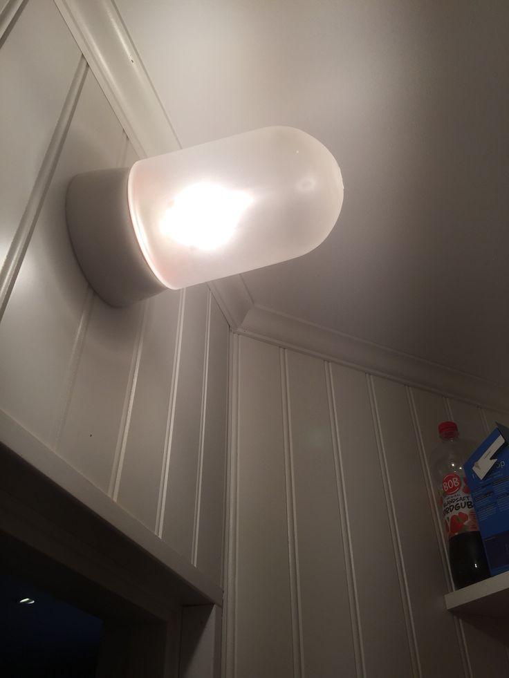 Belysning som sitter ovanför dörren i skafferiet.
