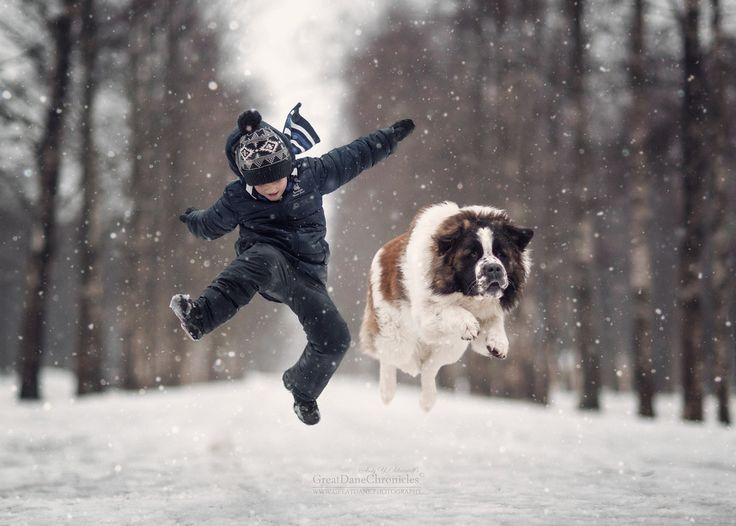 Kind mit Hund im Schnee