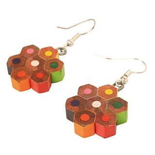 Hay unos lápices de colores esperando a convertirse en aretes. | 27 Piezas de joyería hechas con materiales reciclados