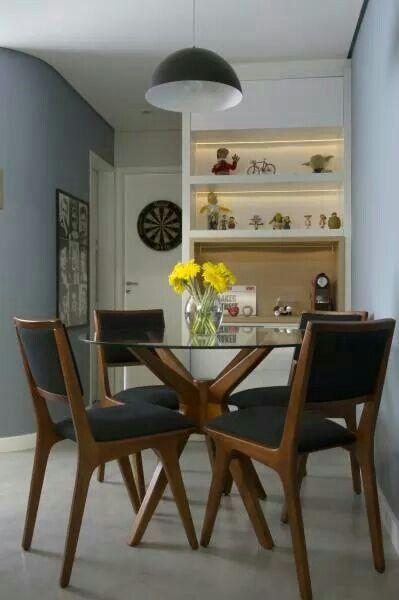 Sala compacta com estante