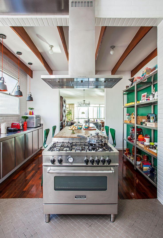 """""""O móvel ainda esconde o fogão profissional, que fica voltado para a sala de estar, permitindo que eu sempre cozinhe olhando e interagindo com as visitas"""", revela Caro."""