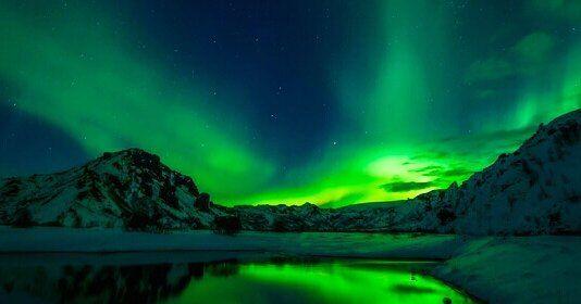 En Islandia lograr ver la aurora boreal es una pasada de experiencia para disfrutar como poco unas cuantas veces en la vida...  Realmente es una visión mágica inolvidable y es un fenómeno bastante común a finales de otoño y en invierno. En felicesvacaciones.es tenemos una promoción especial para este destino con excursiones para cazar auroras boreales... . #Islandia #AuroraBoreal #Naturaleza #Norte #Invierno