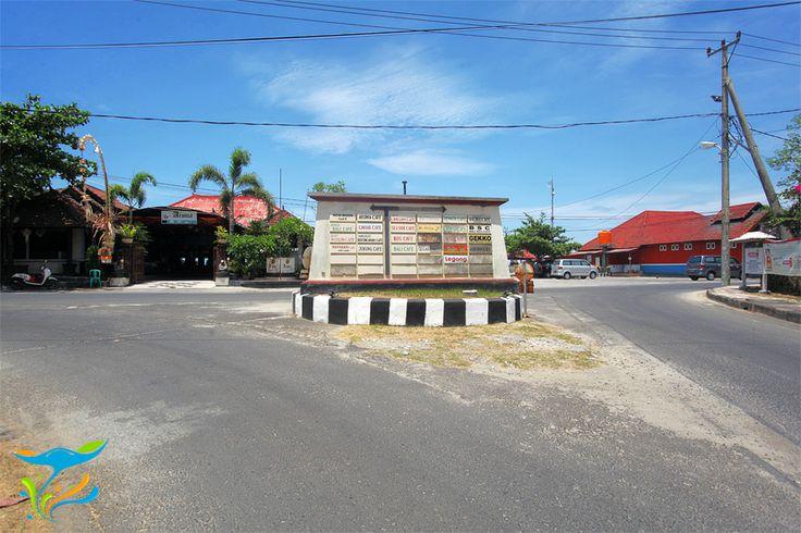 Ini dia, plang di jalan masuk Pantai Kedonganan dengan jejeran plang restoran-restoran sepanjang pantai.