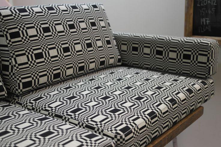 Artek 556 sohvan tyynyt uudelleenverhoiltuna Johanna Gullichsenin Doris kankaalla. #artek #verhoilu #johannagullichsen #artek556 #sohva