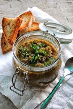 """Il """"caviale di melanzane"""" con basilico, olive e capperi"""