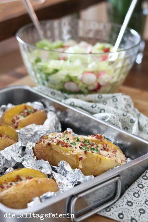 Hallo ihr Lieben, dass es so schnell den 2. Kochquicky geben würde, hätte ich selbst nicht vermutet. Nachdem sich die Anfragen gestern nach dem Rezept aber so überschlagen haben……bitte sehr könnt ihr haben , also let's get started: Für vier Personen brauchst du: 4 extra dicke und große Kartoffeln 150 g Katenschinken 1 Zwiebel 200 g saure Sahne 100 g geriebener Käse Petersilie Pfeffer und Salz und schon geht's los: Kartoffeln säubern und in Alufolie packen, im Backofen bei 200°C Umluft ca. 60…