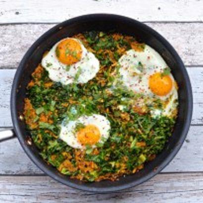 Fazer um café da manhã nutritivo e gostoso não precisa ser difícil. Veja esta receita de rosti de batata doce com couve e ovos. Parece difícil? Não é.