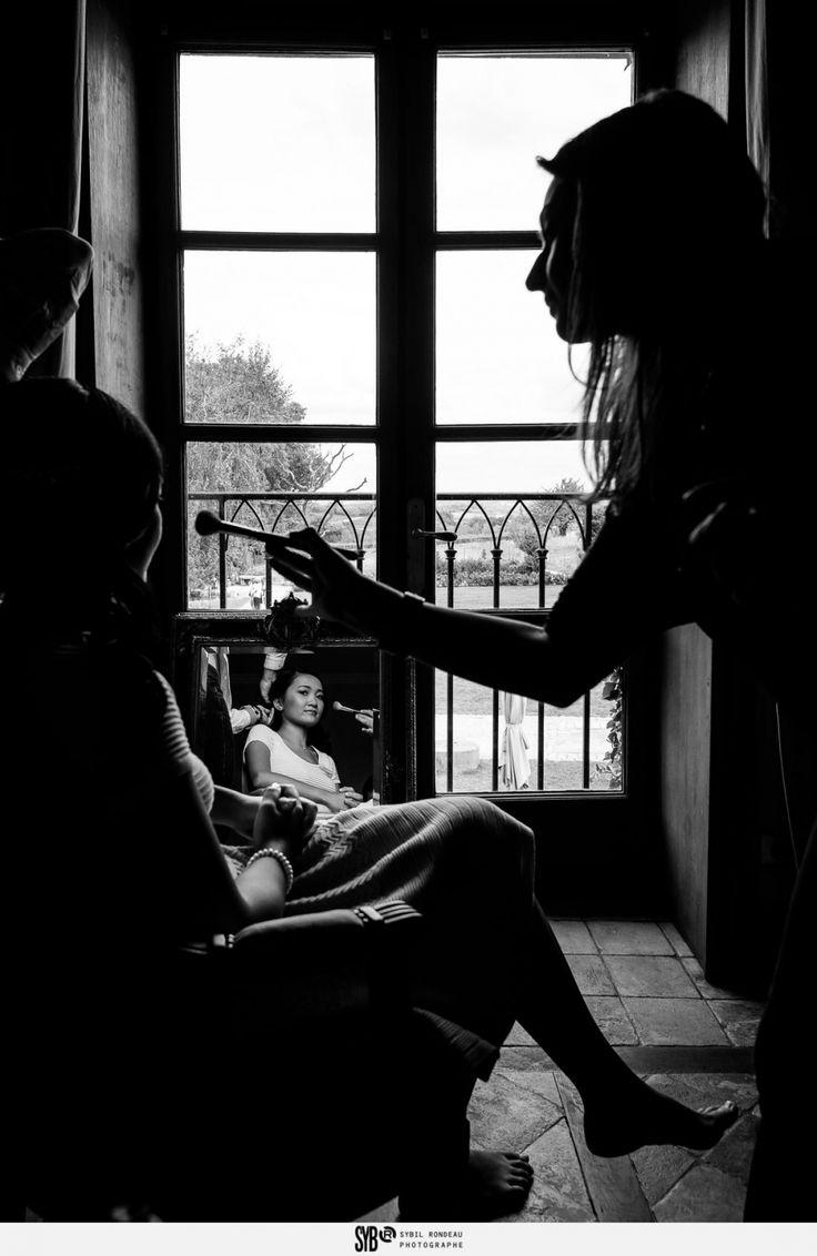 Cette fois je vous emmène en région Lyonnaise: une cérémonie laïque sous un saule pleureur majestueux etquelques notes de son Laos natalpour illuminer ce mariage auDomaine de la Ruisselièreà Lacenas. En soirée, superbe idée que les masques grandeur nature aux effigies des invités ! Reportage parSybil Rondeau