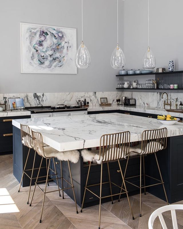 Those barstools are such a fun addition to this pretty pretty spot. And weve got a fun barstool high/low for you over on the ole blog http://ift.tt/2DzLebX #CopyCatChic