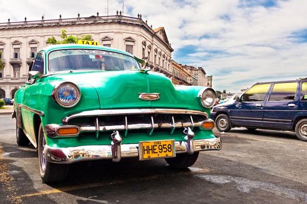 Havan, Cuba    Ooit een van de grootste havens ter wereld en de 'sleutel tot de nieuwe wereld', maar nu is Havana vooral een stad waar u zich meteen (terug) in de jaren vijftig waant. Zeker bij een wandeling door Habana Vieja, de oude stad aan de haven, waar menig bouwwerk nog uit het Spaans-koloniaal tijdperk dateert. Overal klinkt muziek, op pleinen wordt gedanst, in de eeuwenoude straatjes rijden nog steeds dezelfde auto's als zestig jaar geleden.