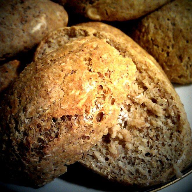 """12g gær 5 dl koldt vand 2 tsk. fint salt 15g Becel vegetabilsk rapsolie 150 g økologiske ruggryn fra Kornkammeret 40g fiberfin 200g glutenfri mel (""""Jytte mel"""" fra Superbrugsen – alm. mel kan også bruges, men så ændrer beregningerne sig) 60g fuldkornshvedemel Opløs... #brød #frokost #morgenmad"""