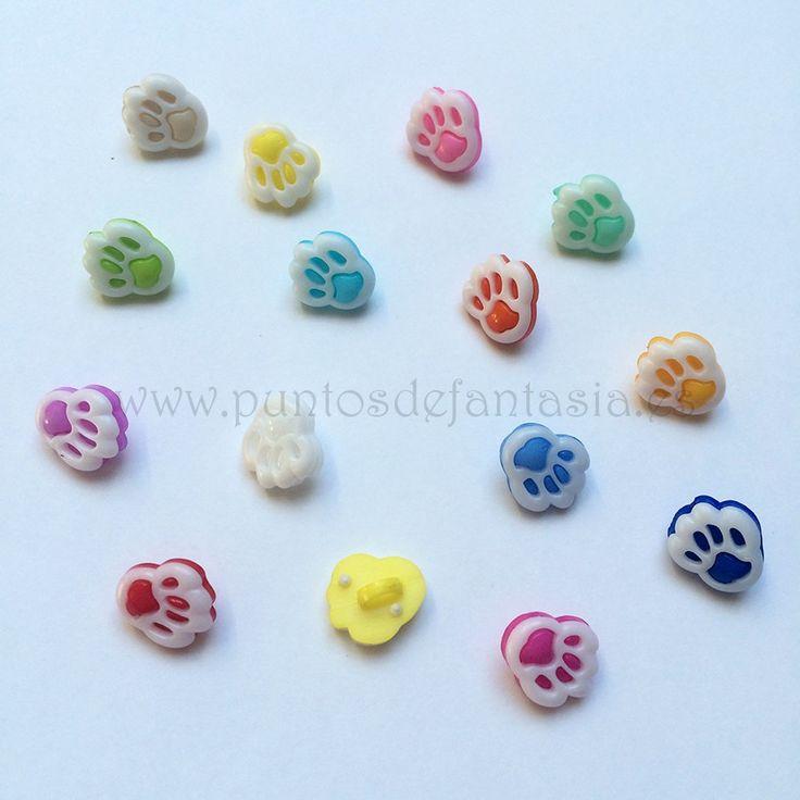 Botones plástico en forma de huella animal. Medidas 12mm x 14mm. Disponible en varios colores.