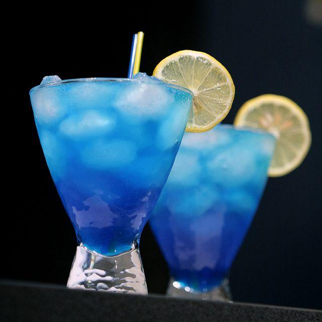 Коктейль Голубая Лагуна на основе водки, Блу Кюрасао и лимонада.