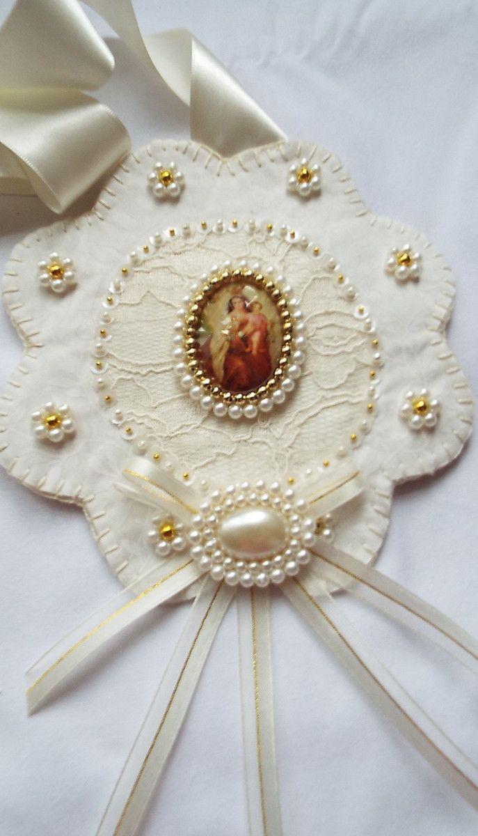 Escapulário de porta, feito com tecido, fita e medalhas de Sagrado Coração de Jesus e Nossa Senhora do Carmo. Obs: a estampa do tecido pode variar de acordo com o estoque.