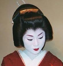 Une geisha, dans son monde de plaisirs et de divertissements. Maquillage  Geisha