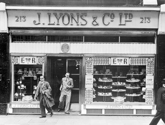 103-Lyons Tea Shop Oxford Street 1953 by Warsaw1948, via Flickr